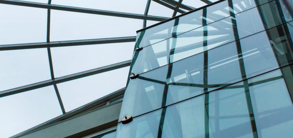 Glas-Stahl-Umwehrung_Aufzug_Orion-Leuchten_Referenz_Metallbau-Strehwitzer