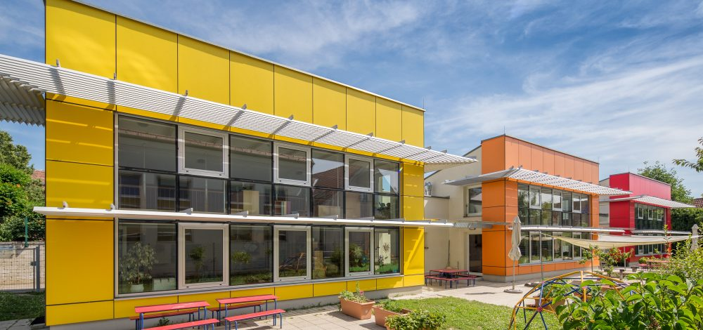 Alu-Glas-Fassade_mit_Sonnenschutz_Kindergarten-Hagenbrunn_Referenz_Metallbau-Strehwitzer