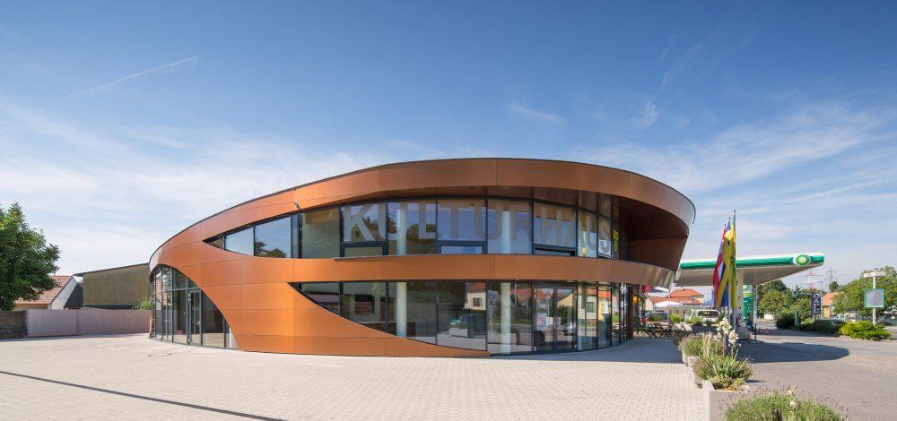 Alu-Glas-Fassade_mit_vorgehaengter_Alucobondfassade_Kulturzentrum_Referenz_Metallbau-Strehwitzer