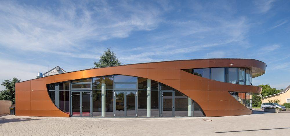 Alu-Glasfassade_mit_vorgehaengter_Alucobondfassade_Kulturzentrum_Referenz_Metallbau-Strehwitzer