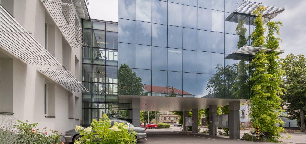 Aluglasfassaden-Uebergang_und_Sonnenschutz_BH_Korneuburg_Referenz_Metallbau-Strehwitzer
