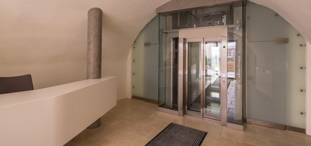 Eingangsbereich_Schloss-Wolkersdorf_Lift_Nurglaskonstruktion_Referenz_Metallbau-Strehwitzer