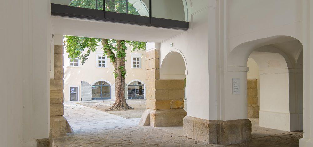 Stahl-Glas-Sonderkonstruktion-Uebergang_Schloss-Wolkersdorf_Referenzprojekt_Metallbau-Strehwitzer