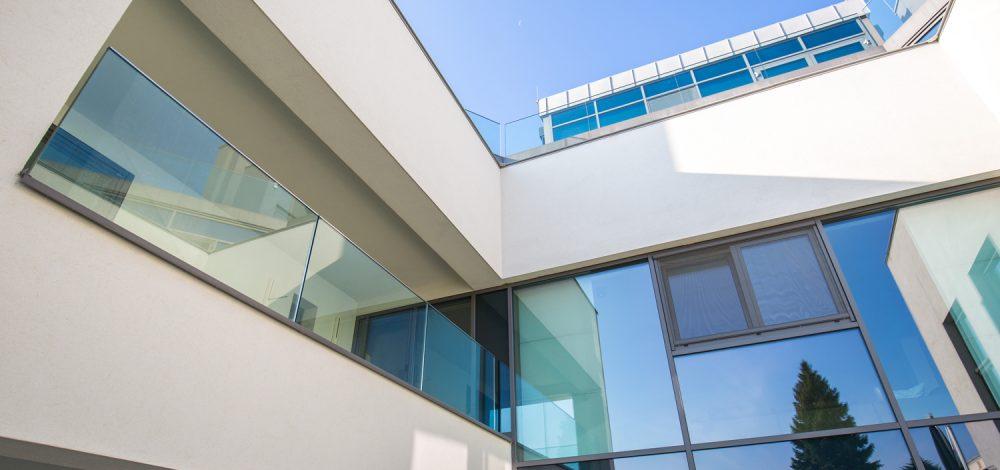 Glas-Alu-Konstruktion_mit_Nurglasgelaender_Klosterneuburg_Niederoesterreich_Referenz_Metallbau-Strehwitzer