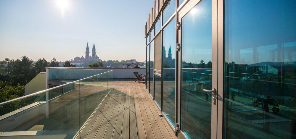 Glas-Alu-Konstruktion_mit_Nurglasgelaender_Klosterneuburg_Referenz_Metallbau-Strehwitzer