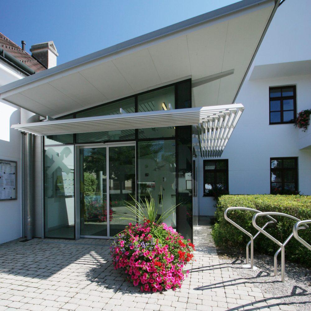 Vordach Raiffeisenbank - Metallbau Strehwitzer